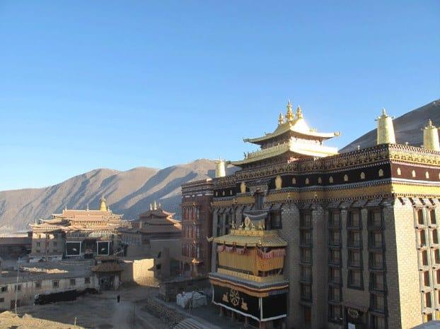 Das Jonang-Kloster in der Sichuan Provinz vor Bergen