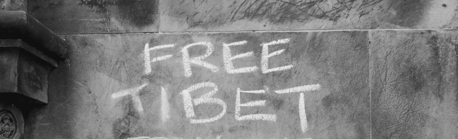 FREE TIBET auf eine Mauer geschrieben mit Kreide