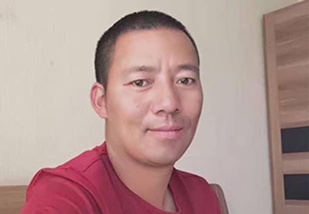 Khenpo Kartse vor garuem Hintergrund