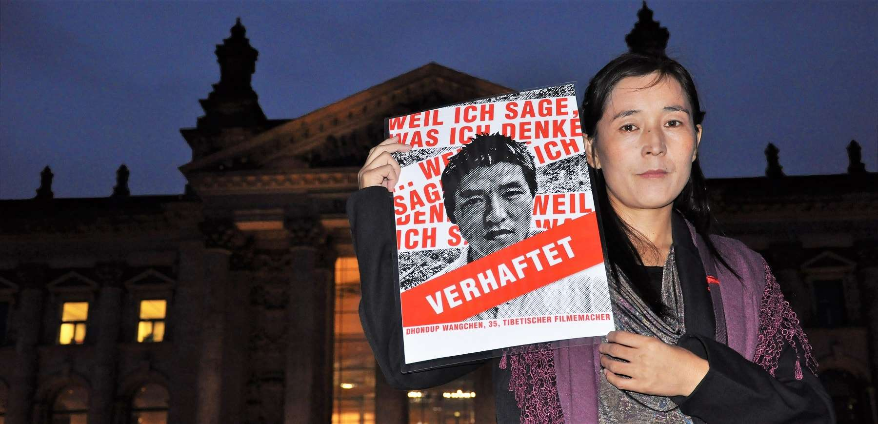 Lhamo Tso, Dhondup Wangchens Ehefrau vor dem Brandenburger Tor in Berlin