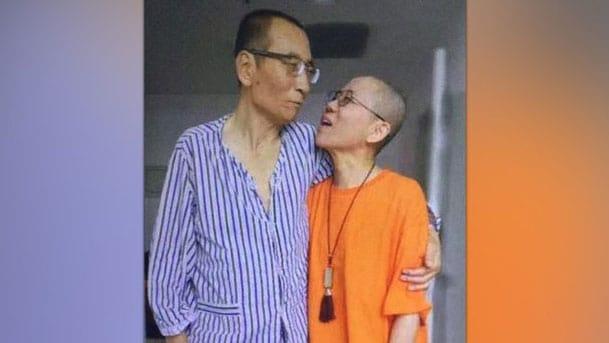 Liu Xiaobo steht und hält seine Frau im Arm, sieht krank aus.