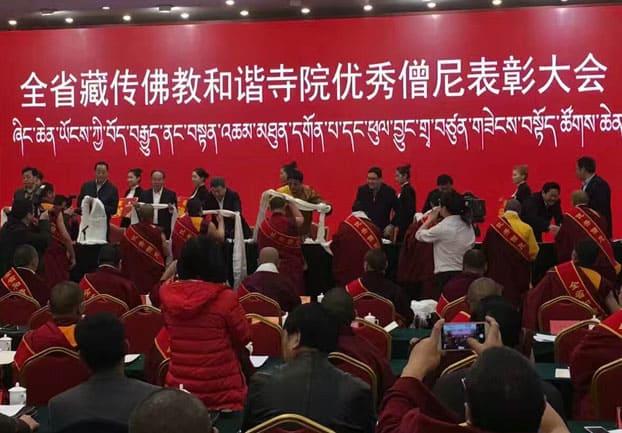 Mönche und Nonnen werden bei einer Zeremonie Segensschals und Auszeichnungen übergeben
