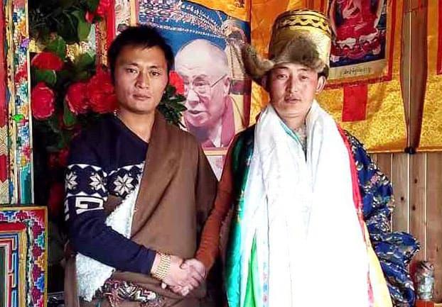 Der Tibeter Sherphel steht neben einer Tibeterin und hält ihre Hand