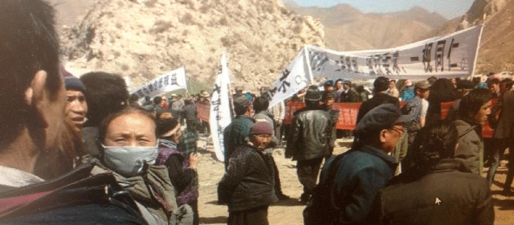 Tibeter protestieren gegen die Beschlagnahmung von Land für den Abbau von Gold in Sangchu in Kanlho. Foto: Von einem Zuhörer von RFA