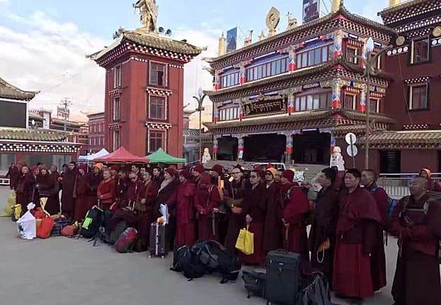 Nonnen und Mönche warten darauf, aus Larung Gar abtransportiert zu werden
