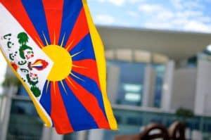Tibet-Flagge vor dem Bundeskanzleramt. (c)Tibet Initiative/Daniela Singhal