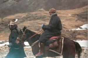 1959: Nachdem die chinesische Besatzungsmacht Lhasa umstellt hatte, musste der Dalai Lama aus Tibet fliehen.