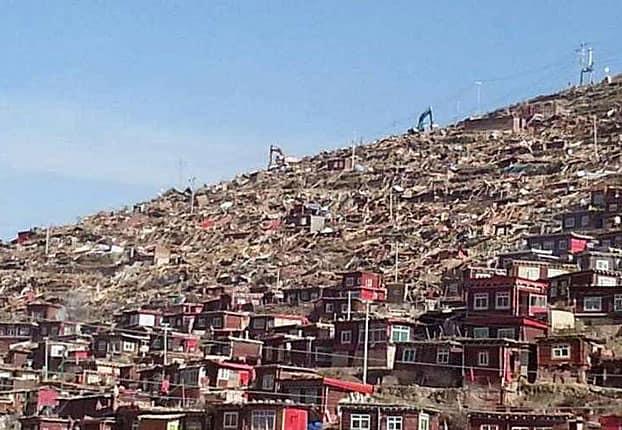 zerstörte Behausungen von Nonnen und Mönchen in Larung Gar