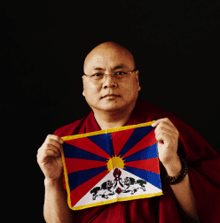 Golog Jigme mit Tibet-Flagge (c) Hiroshi Aoki