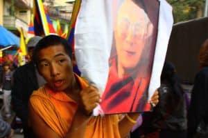 Tibeter mit Dalai Lama Portrait