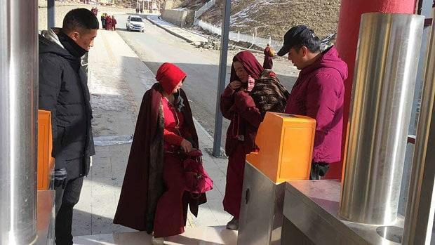 Zwei Nonnen werden von zwei Wächtern an einem Kontrollposten aufgehalten