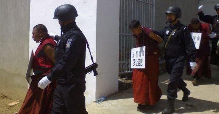 Tibetische Mönche werden von der chinesischen Polzei festgenommen und abgeführt