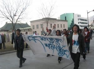 Shokjang (rechts im Bild) bei einem Studentenprotest 2008
