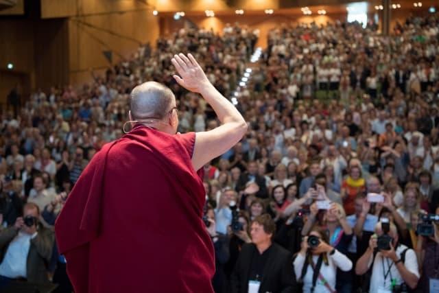 Dalai Lama auf der Bühne beim Symposium der Tibet Initiative 2018 in Darmstadt