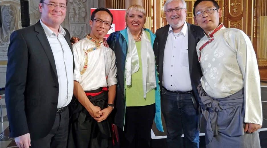Tibetische Musiker mit Mitgliedern der Tibet Initiative Deutschland