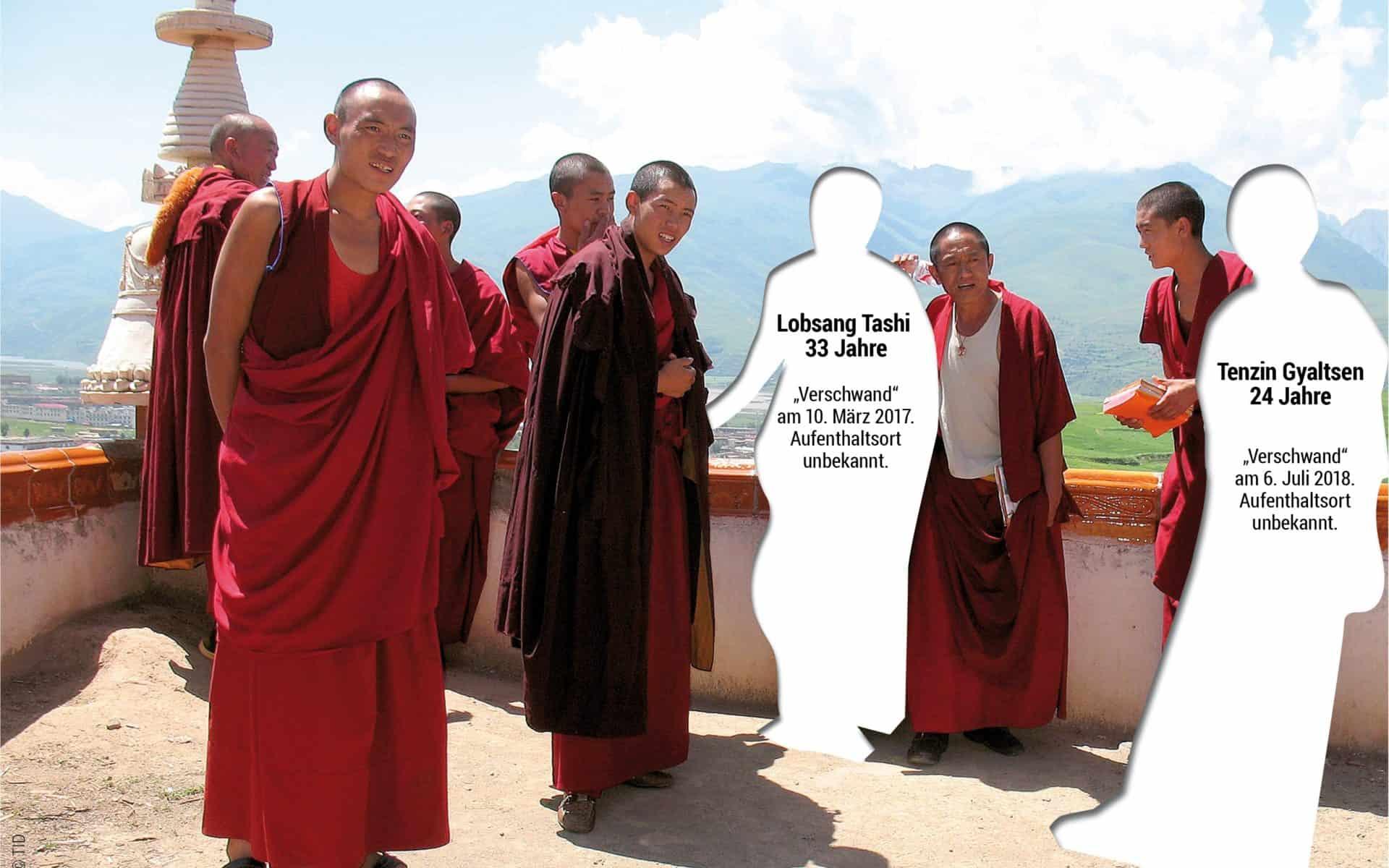 Tibetische Mönche mit ausgeschnittenen Personen, die mit den Namen der Vermissten beschriftet sind.