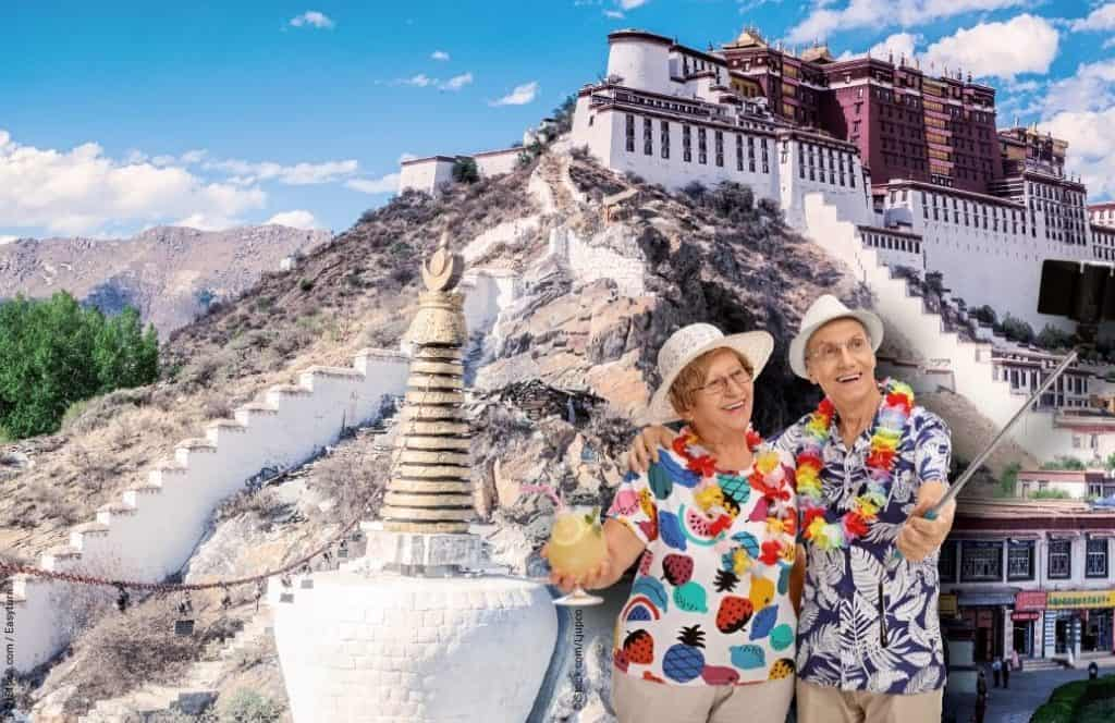 Rentner-Ehepaar mit Cocktail macht Selfie vor Potala Palast Lhasa