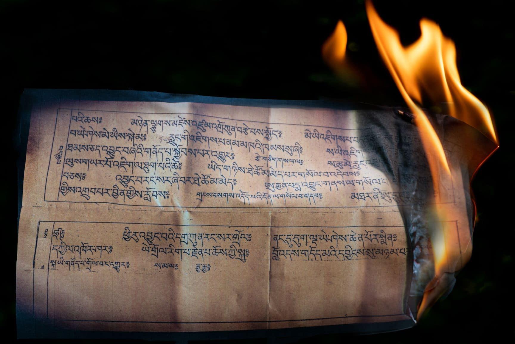 Tibetisches Buch in Flammen
