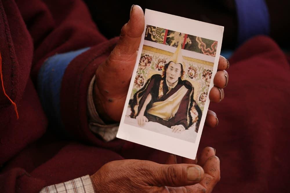 Nomade hält Dalai Lama Foto in der Hand